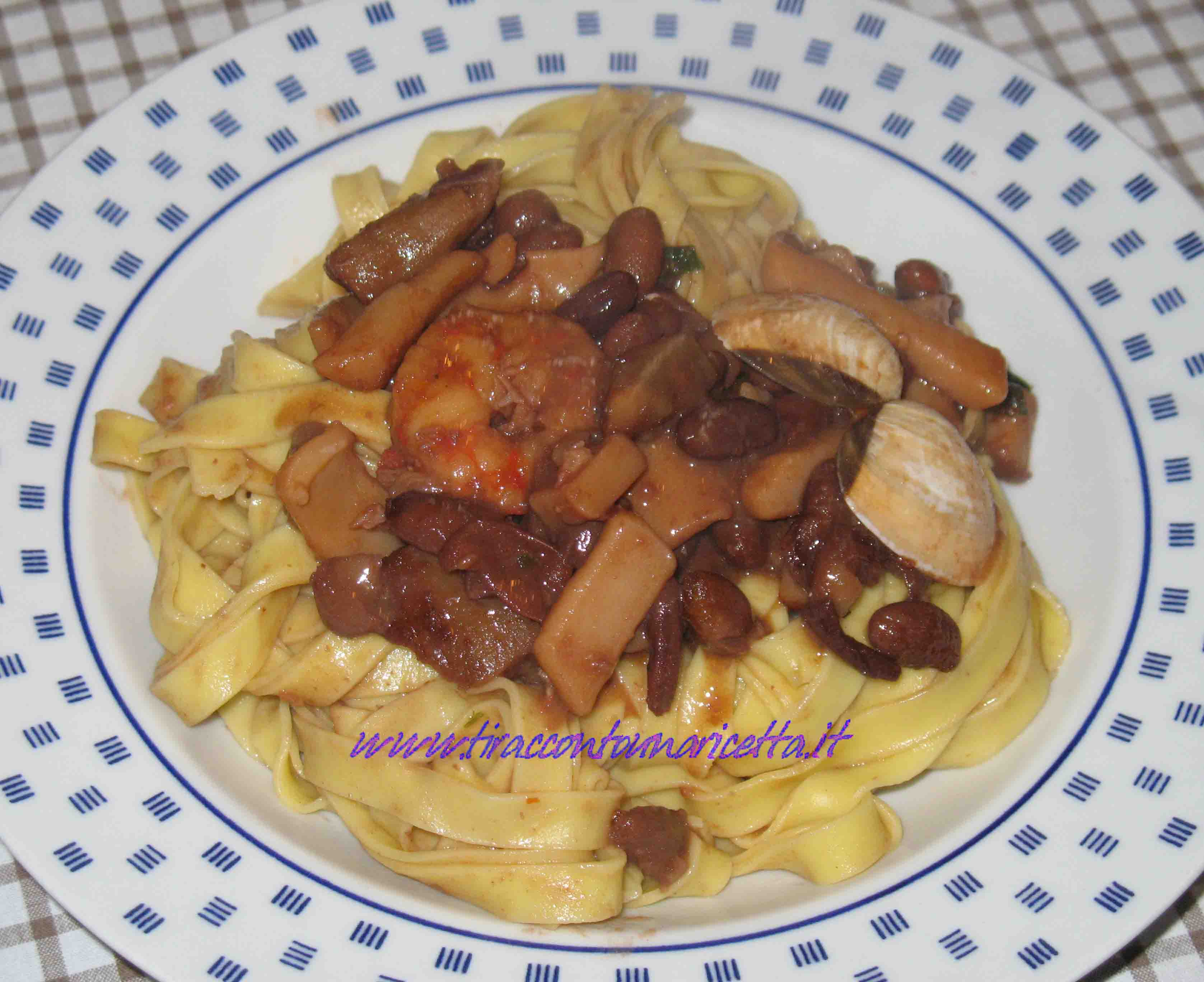 Fettuccine with seafood with mushrooms and beans
