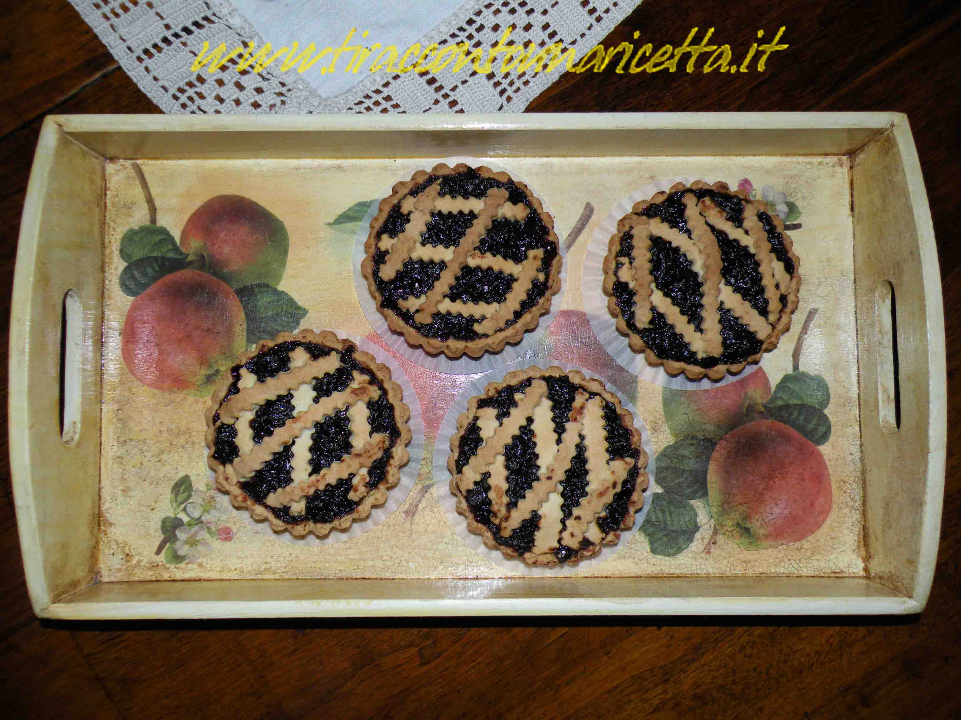 Pie and tartlets with sour cherries